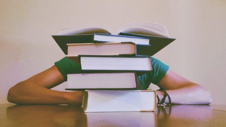 独学で慶應法学部小論文合格点を取るには?対策方法や参考書を紹介!